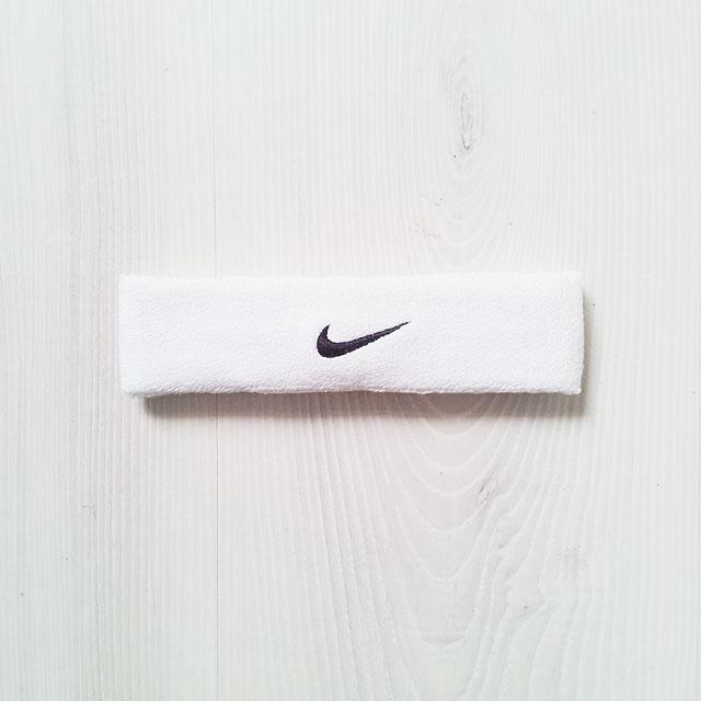 Vitt pannband med Nike-swoosh